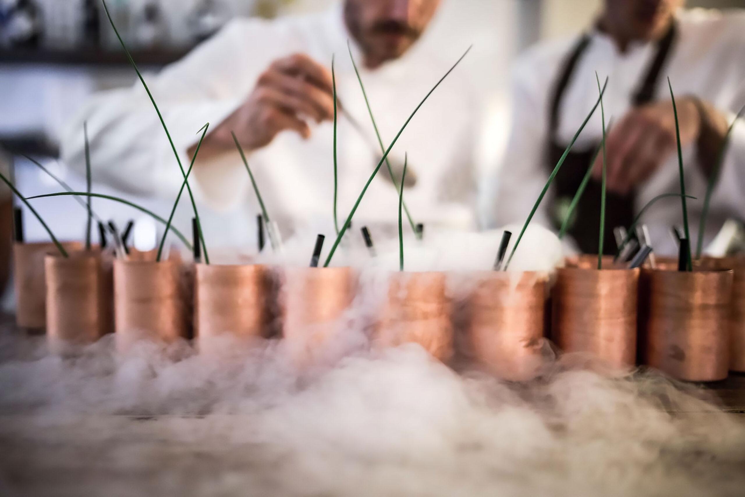 https://www.schoenhuberfranchi.it/wp-content/uploads/2020/12/GLASSWARE-Mule-copper-mug-design-Lara-Caffi-Chef-Saulo-Osteria-H2O-ph-Nicolo-Brunelli-scaled.jpg